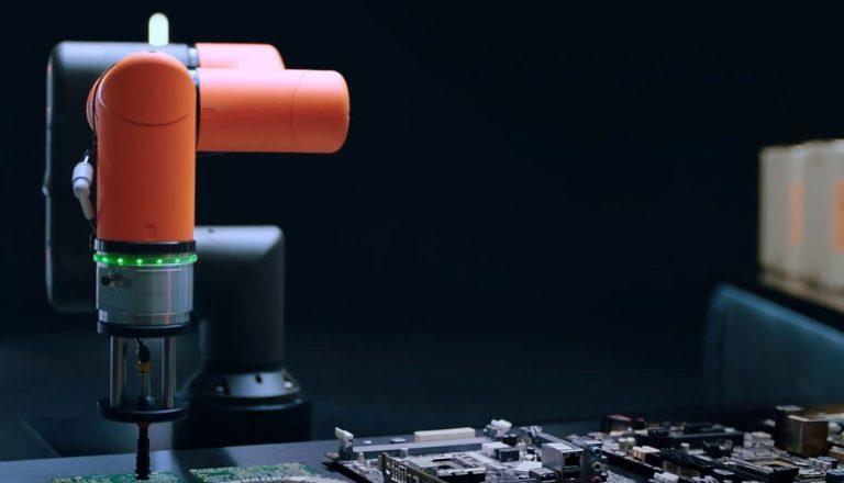 robot współpracujący - PCB/ICT