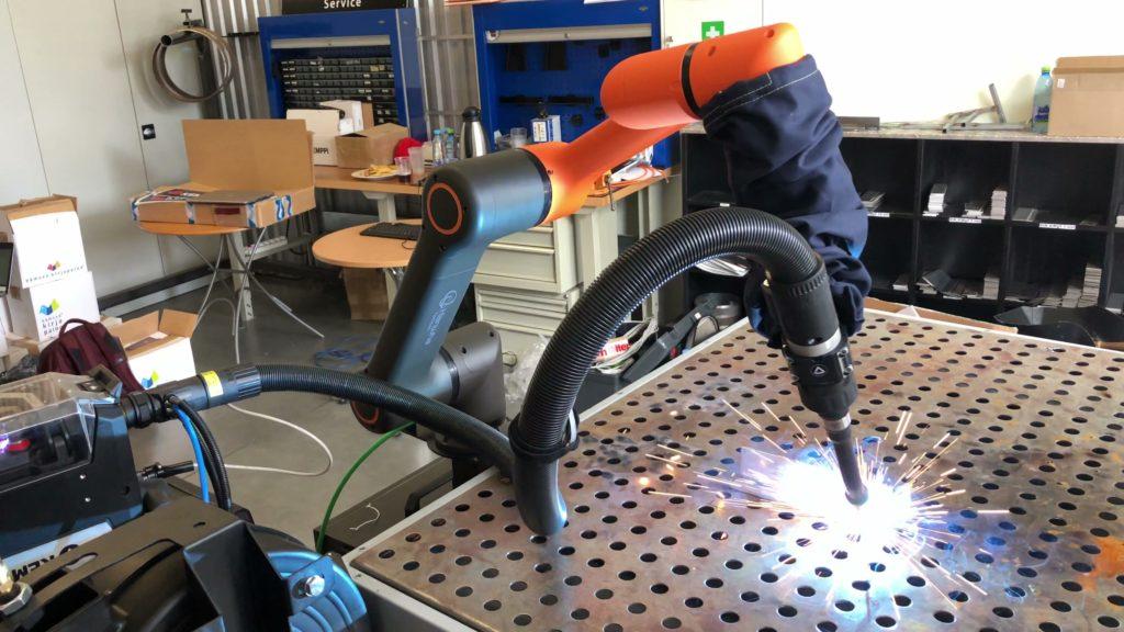 HCR robot spawający - MIG/MAG - robotyzacja spawania jest teraz prosta